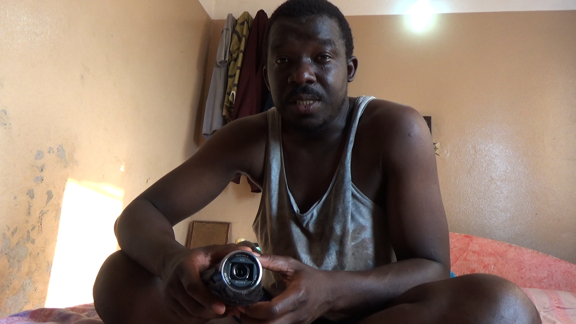 kumut-with-camera-in-room